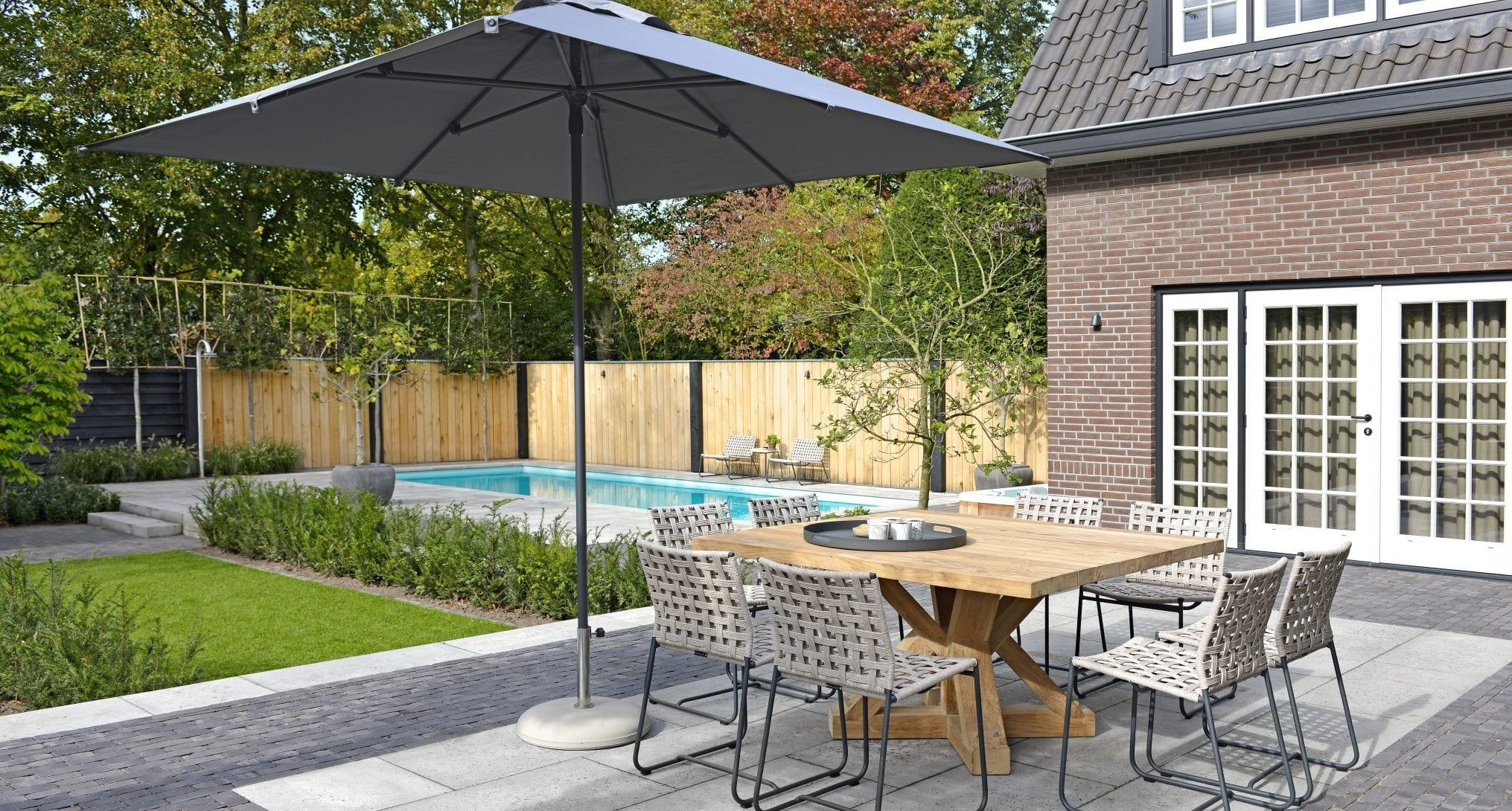 Owen parasol 250x250 and Jim table | Max & Luuk