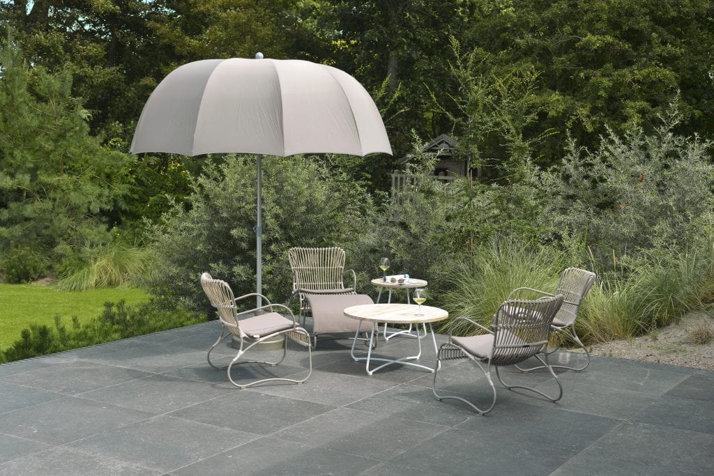 Emma stacking lounge chairs and Sfera parasol | Max & Luuk
